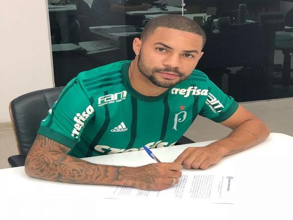 Ex-Corinthians, garoto se destaca com dribles em treino do Palmeiras