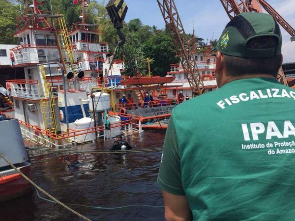 Embarcação afunda e derrama óleo no Rio Negro; é o 2º caso em oito dias