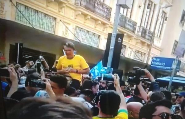 Bolsonaro leva facada durante caminhada em Minas Gerais