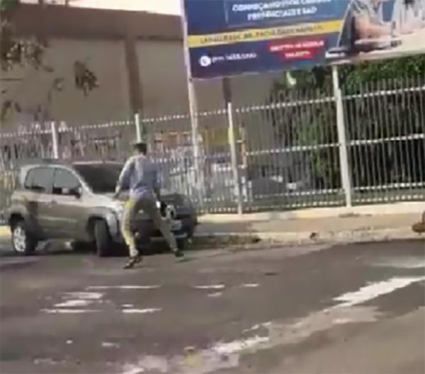 Após acidente de trânsito, motorista tenta atropelar motociclista