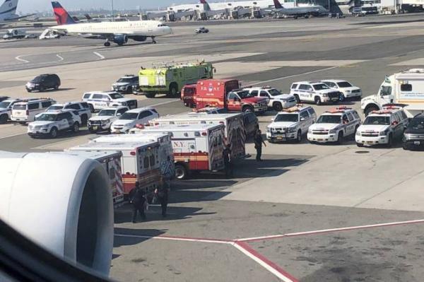 Avião é isolado em Nova York depois de 100 passageiros passarem mal