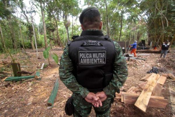Polícia derruba barracos construídos dentro de área de proteção ambiental em Manaus