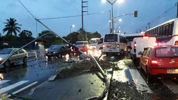 Micro-ônibus bate contra haste de sustentação de semáforo na Cosme Ferreira em Manaus