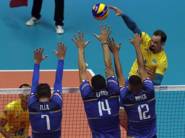 Brasil supera apagão após sets impecáveis e bate a poderosa França no Mundial