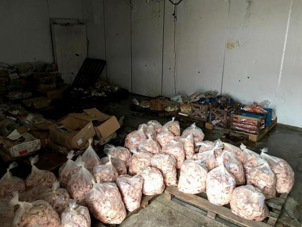Mais de 1 tonelada de alimento impróprio é apreendida em frigorífico clandestino, no AM