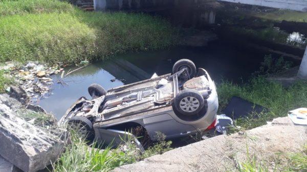 Em Manaus, motorista perde o controle e carro cai em igarapé