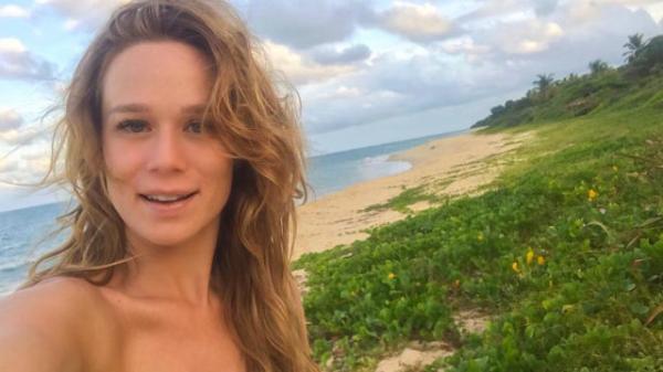 """Mariana Ximenes posa completamente nua e diz: """"Aceito meu corpo"""""""