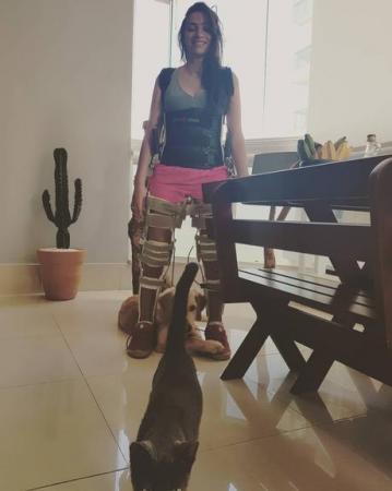 4 anos após acidente que a deixou tetraplégica, Laís Souza fica de pé e web se emociona