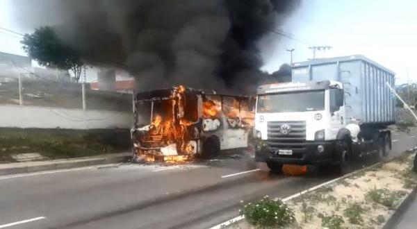 Ônibus pega fogo na avenida Buriti, no bairro Distrito Industrial, em Manaus