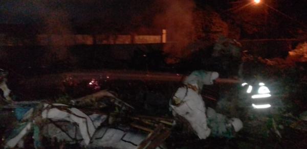 Fogo de artifício causa incêndio em galpão do Caprichoso, em Parintins