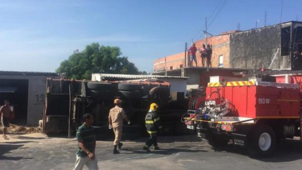 Em Manaus, caminhão tomba em via e deixa três feridos