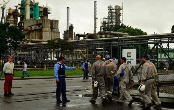 Petrobras anuncia redução de 0,9% no preço da gasolina nas refinarias
