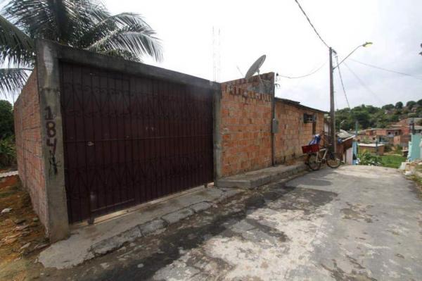 Bandidos invadem casa, expulsam mãe e filhos enquanto dormiam e matam pai a tiros