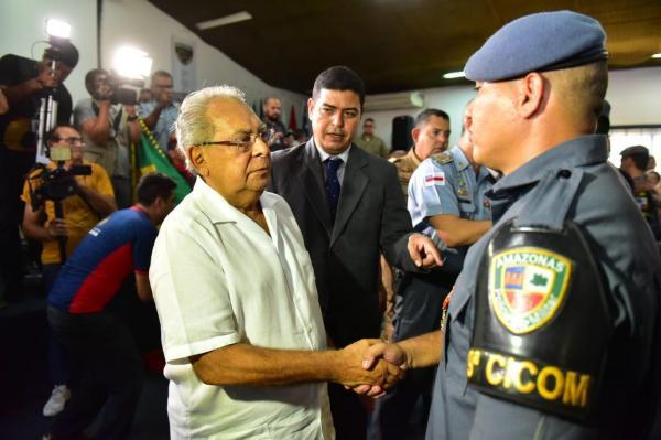 Governador Amazonino Mendes condecora policiais que participaram de ação em casa lotérica na zona leste de Manaus
