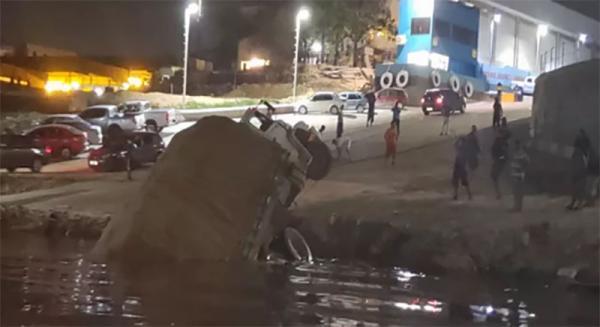 Caminhão cai no Rio Negro após perder controle em porto na Zona Sul de Manaus