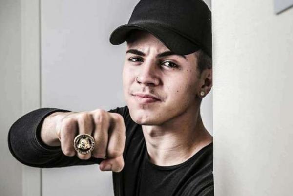 Apresentadora do Pânico relembra desejo de ver Biel morto e cantor abandona entrevista