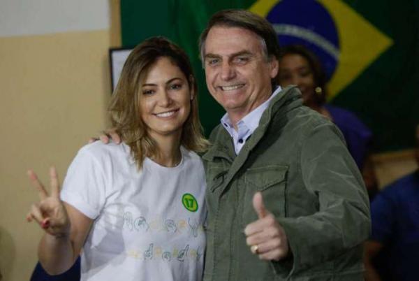 Usando colete à prova de balas, Bolsonaro vota no Rio