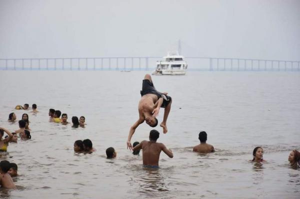 Prefeitura estuda suspender banhos na Praia da Ponta Negra após jovem cair em buraco