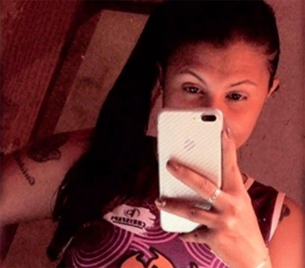 Viúva de traficante é morta com vários tiros por criminosos em carro