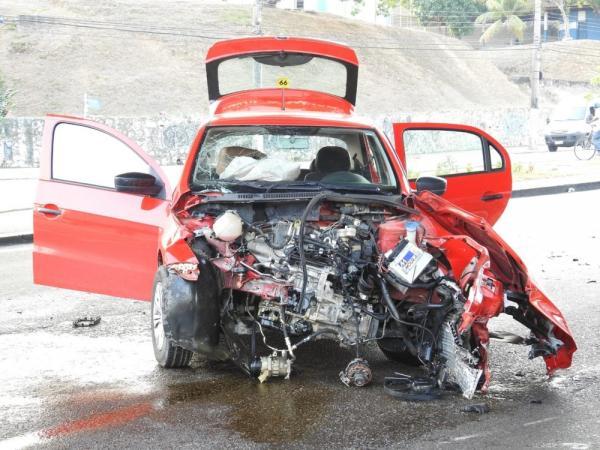 Carro fica destruído após forte colisão, na zona Sul de Manaus