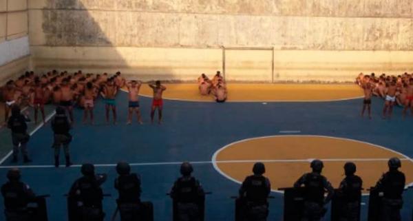 Celas de unidade prisional são revistadas durante ação policial no AM