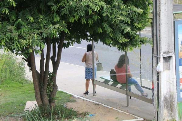 Homem estupra e rouba mulher em parada de ônibus na avenida das Torres