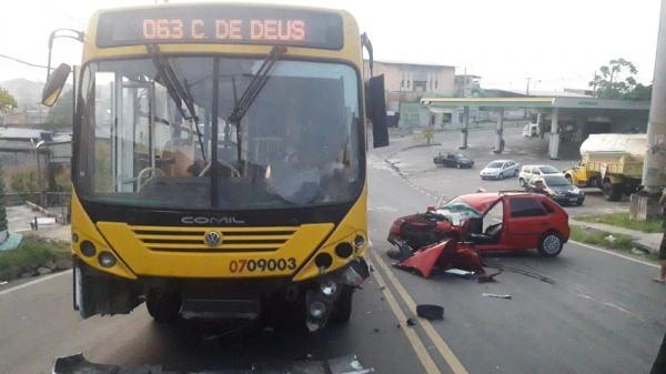 Motorista fica ferido em colisão de carro com ônibus na Zona Norte de Manaus