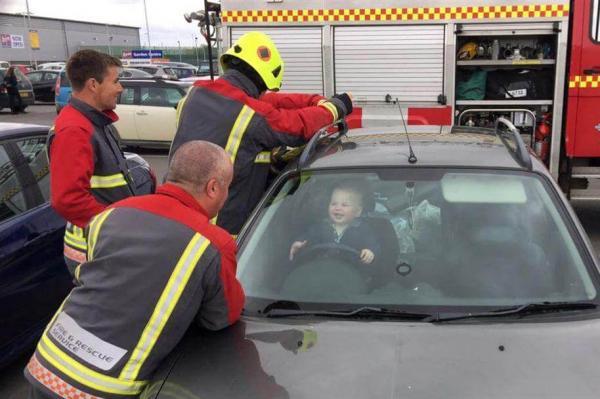 Bebê se tranca em carro e não para de rir durante o resgate