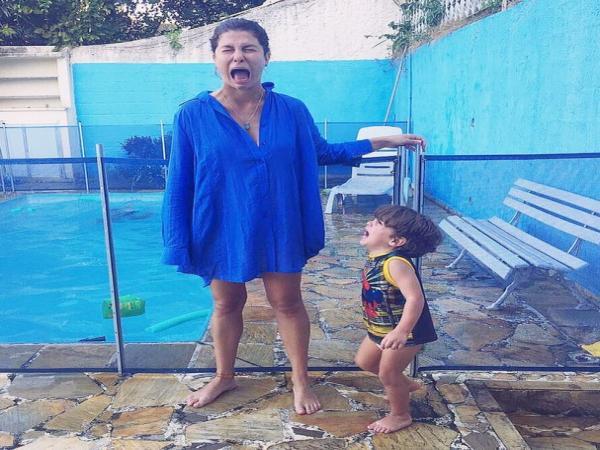 Bárbara Borges posa chorando com o filho e faz desabafo sobre maternidade real