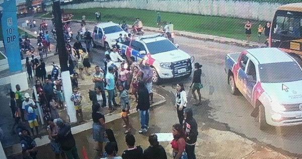 Em protesto, família de jovem morto em Coari tenta destruir delegacia