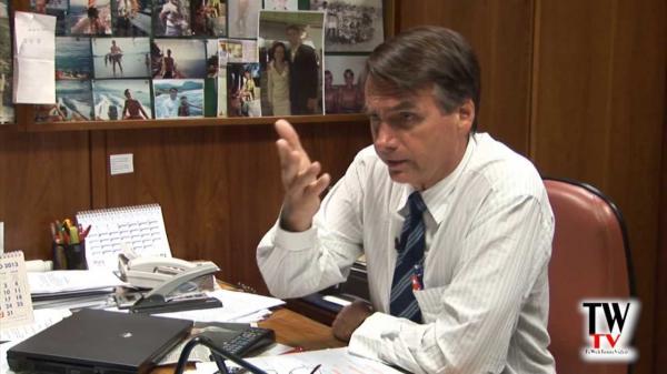 Bolsonaro quer índios com internet, médico e futebol