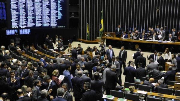 Deputados aprovam lei que beneficia prefeito que ultrapassa limite de gastos com pessoal