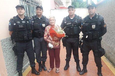 Após ser feita refém, idosa recebe visita de PMs em casa