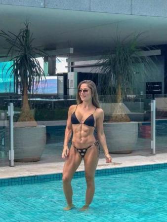 Ex-BBB Renatinha exibe corpão musculoso apenas 10 meses após nascimento da filha