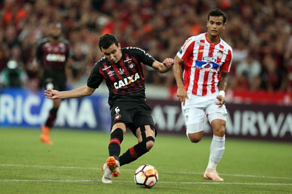 Sem falar em despedida, Pablo comemora título do Atlético-PR: