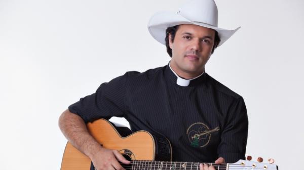 'Padre sertanejo' é acusado de ostentação e de ofender idosos; ele nega