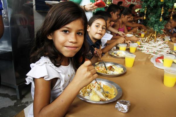 Almoço solidário beneficia 200 pessoas carentes na Vila da Felicidade