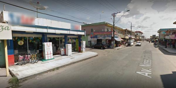 Trio armado invade loja e rouba mais de 50 celulares no Cidade de Deus