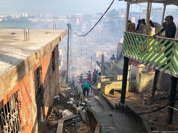 Mais de dez horas depois, incêndio na Zona Sul de Manaus ainda apresenta focos de chamas