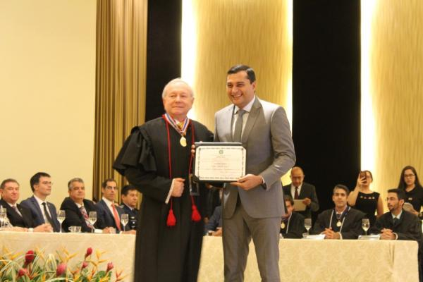 Wilson Lima recebeu o diploma de governador do estado das mãos do presidente do TRE, João Simões — Foto: Indiara Bessa/G1 AM