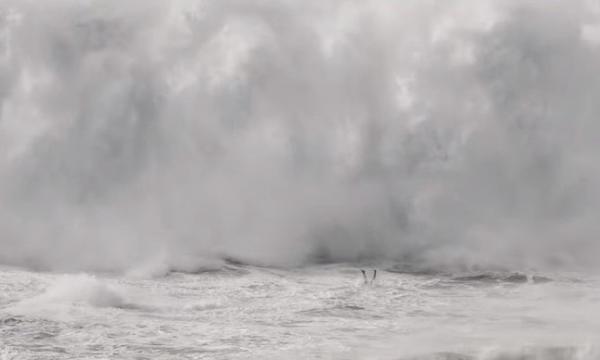 Brasileiro passa sufoco após ondas de mais de 20m em Nazaré, Veja vídeo