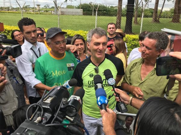 A um dia de virar presidente, Bolsonaro ajusta discurso de posse ao lado da família, diz irmão