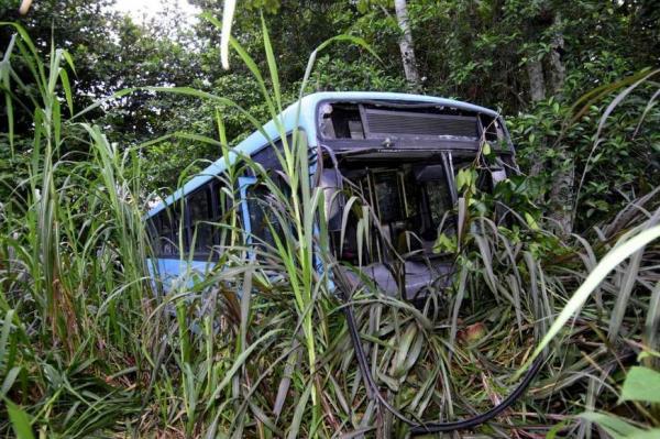 Ônibus cai em área de mata e deixa oito pessoas feridas em Manaus