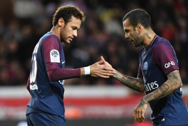 Daniel Alves sai em defesa de Neymar: 'Atrai inveja por ser bonito e milionário'
