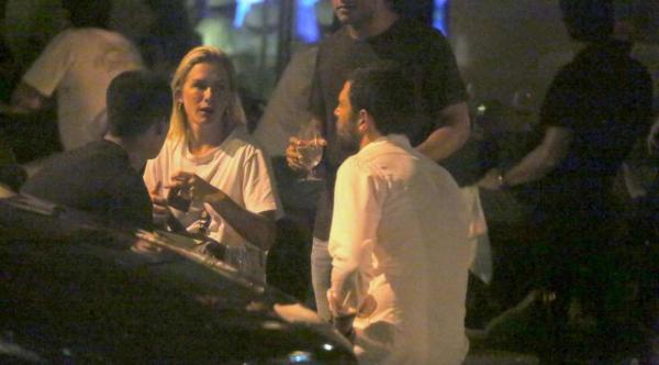 Fiorella Mattheis e namorado, Roberto Marinho Neto, jantam com amigos em restaurante do Rio