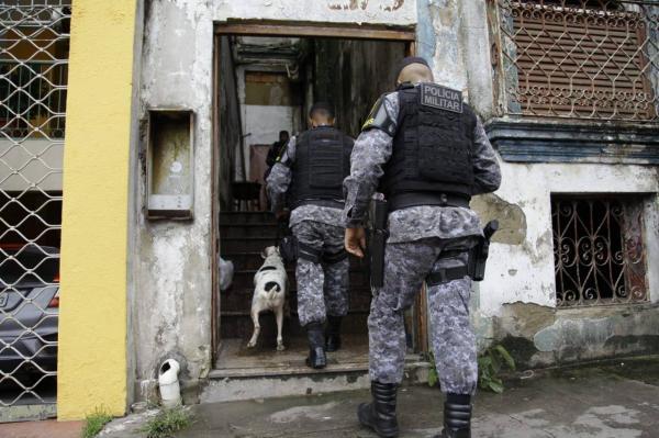 Polícia e cães buscam corpo carbonizado em prédio no Centro de Manaus