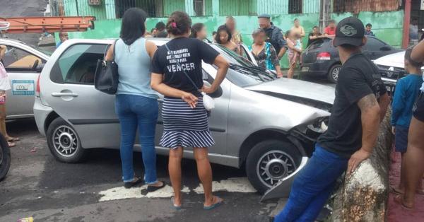 Mulher fica ferida ao colidir carro em muro de residência no Coroado