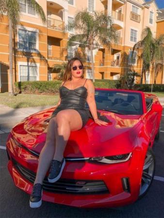 Ex-BBB Maria Claudia posa em carro de R$ 350 mil: 'Tô um nojo'