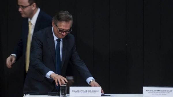 MEC exonera responsável por mudança em edital de livros didáticos