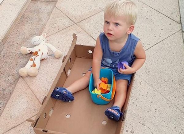 Karina Bacchi mostra filho se divertindo com o carrinho de papelão